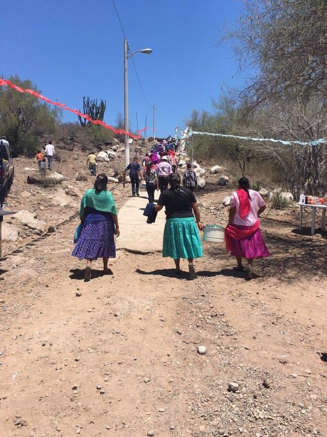 Foto 2. Subiendo la cuesta en la fiesta de la Santa Cruz, Tórim, Río Yaqui